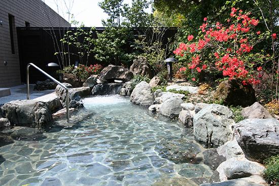 ラウンドの後は露天風呂付天然温泉で寛ぐ