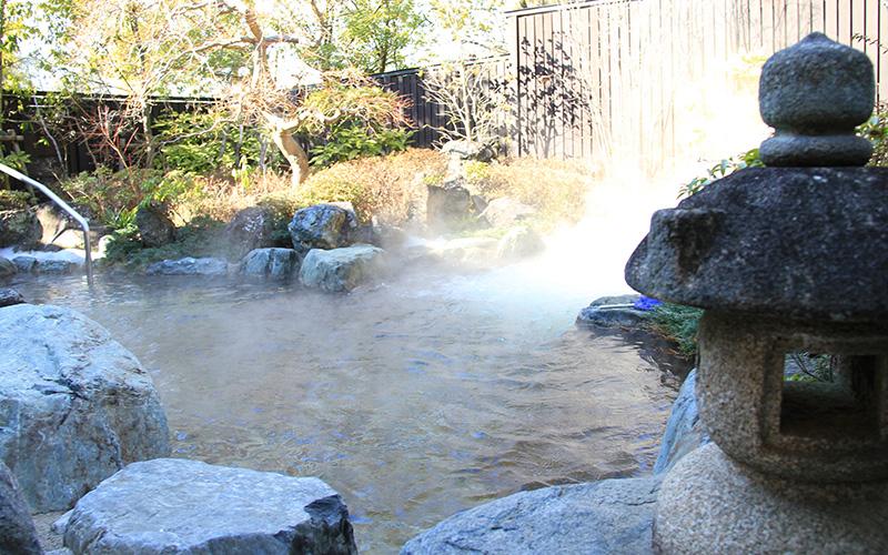 岩づくりの露天風呂は季節を彩る植栽に囲まれている